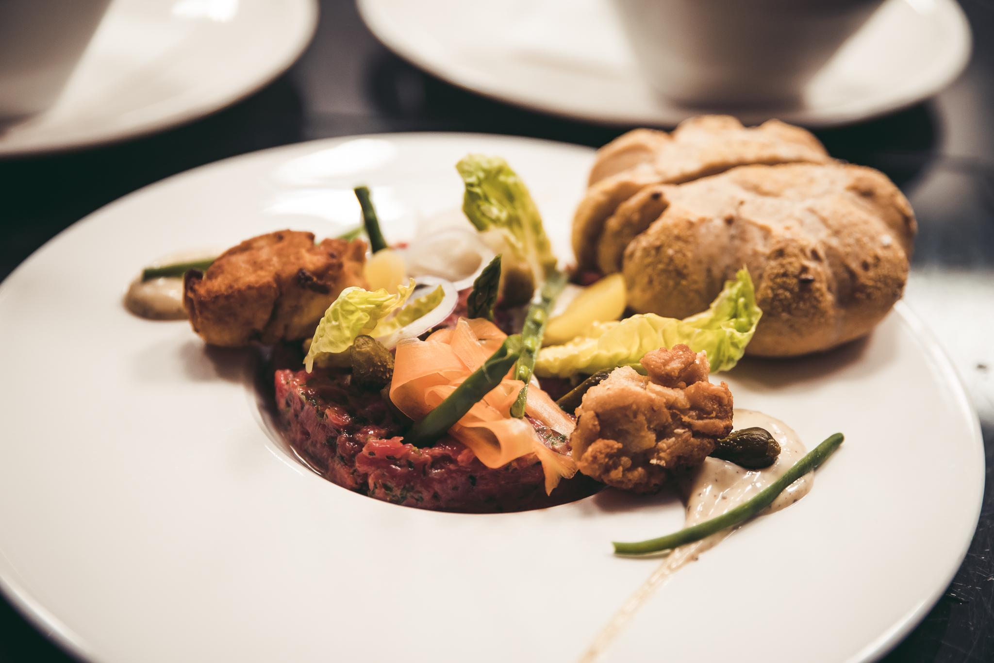 tartaar van biologisch kalf, gemarineerde groenten, zuurtjes en truffelmayonaise