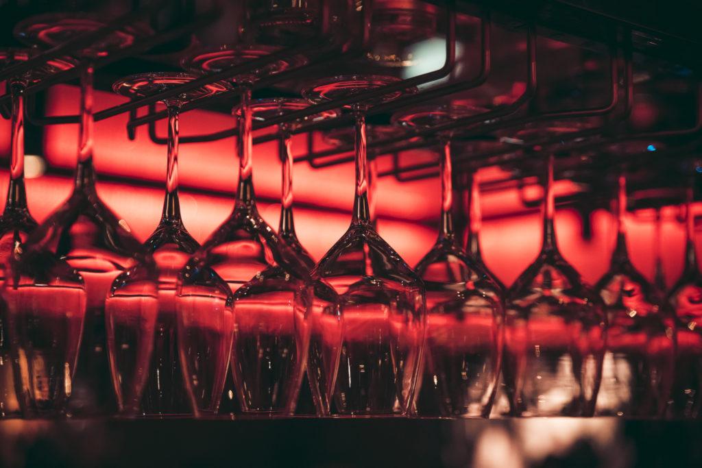 Hangende wijnglazen bij Café Arnhem