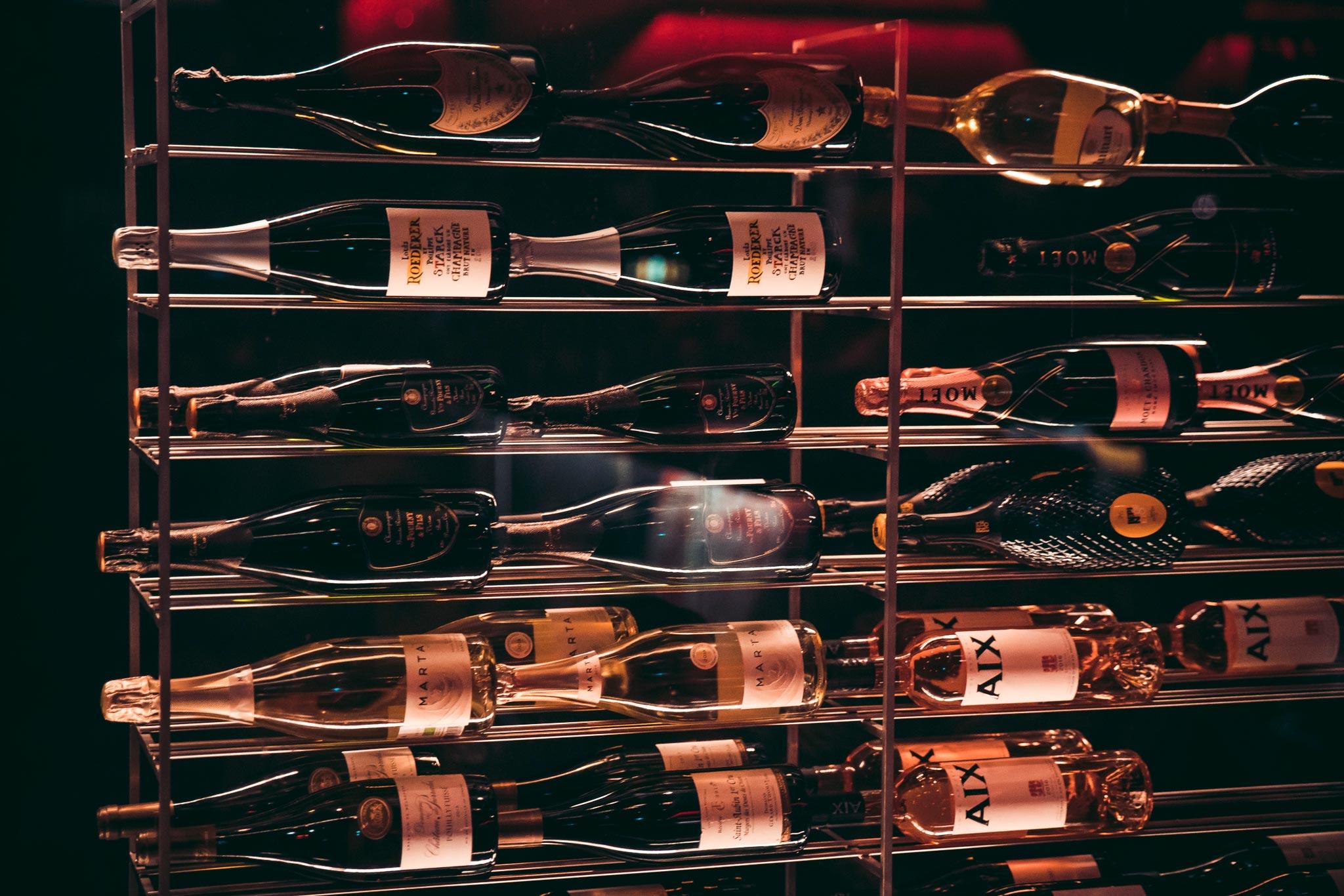 champagnes en wijnen in een klimaatkast